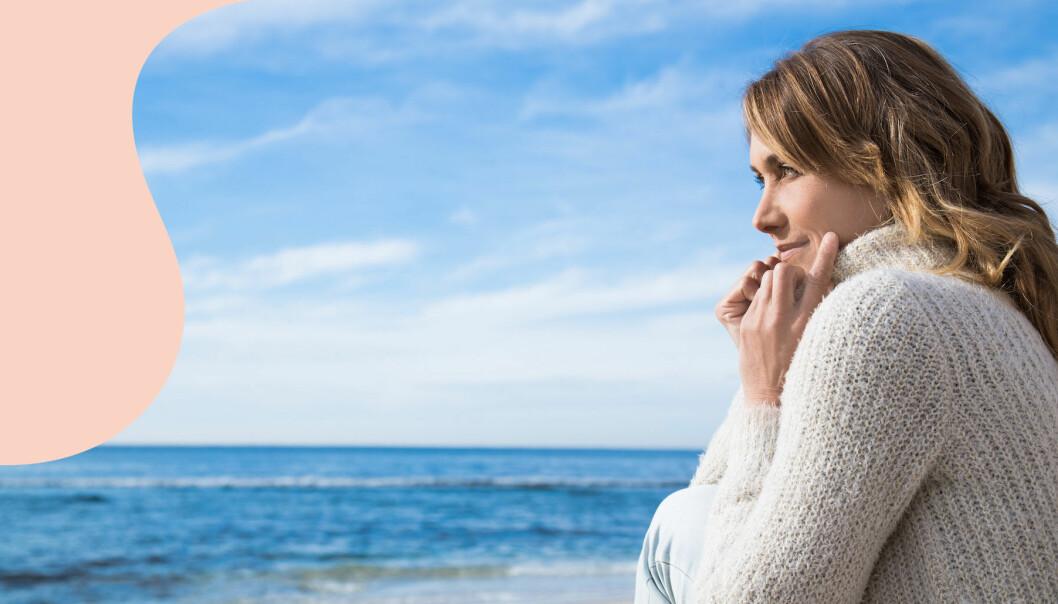 Kvinna tittar ut över havet