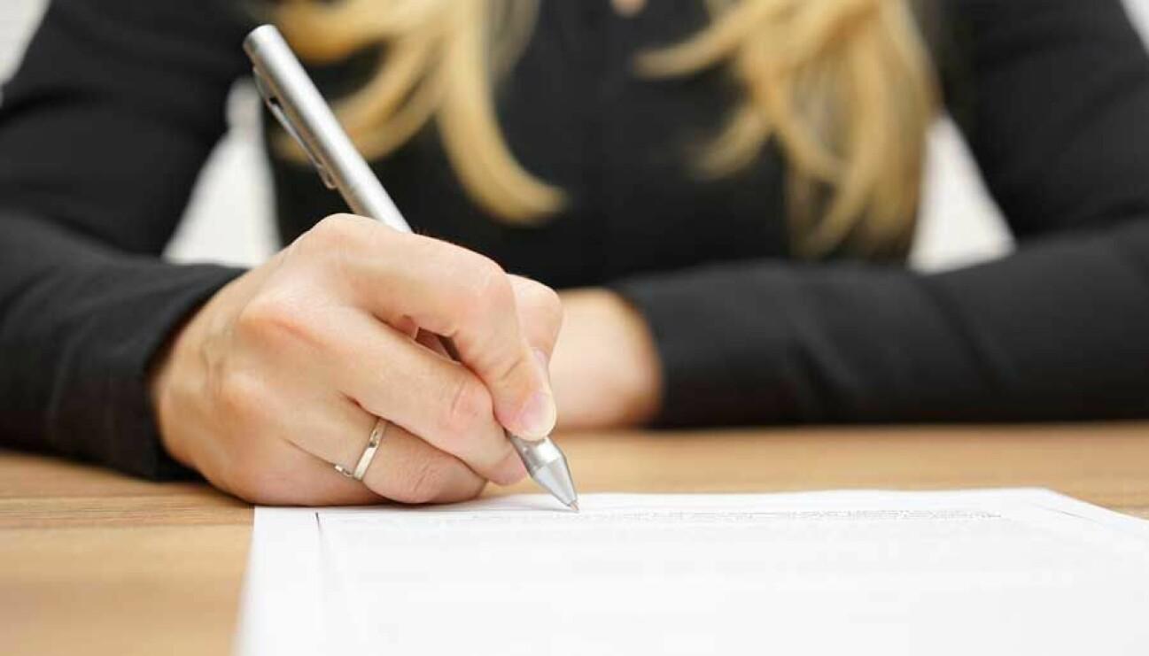 Någon som skriver under ett testamtente – något som kan kännas jobbigt men underlättar för efterlevande.