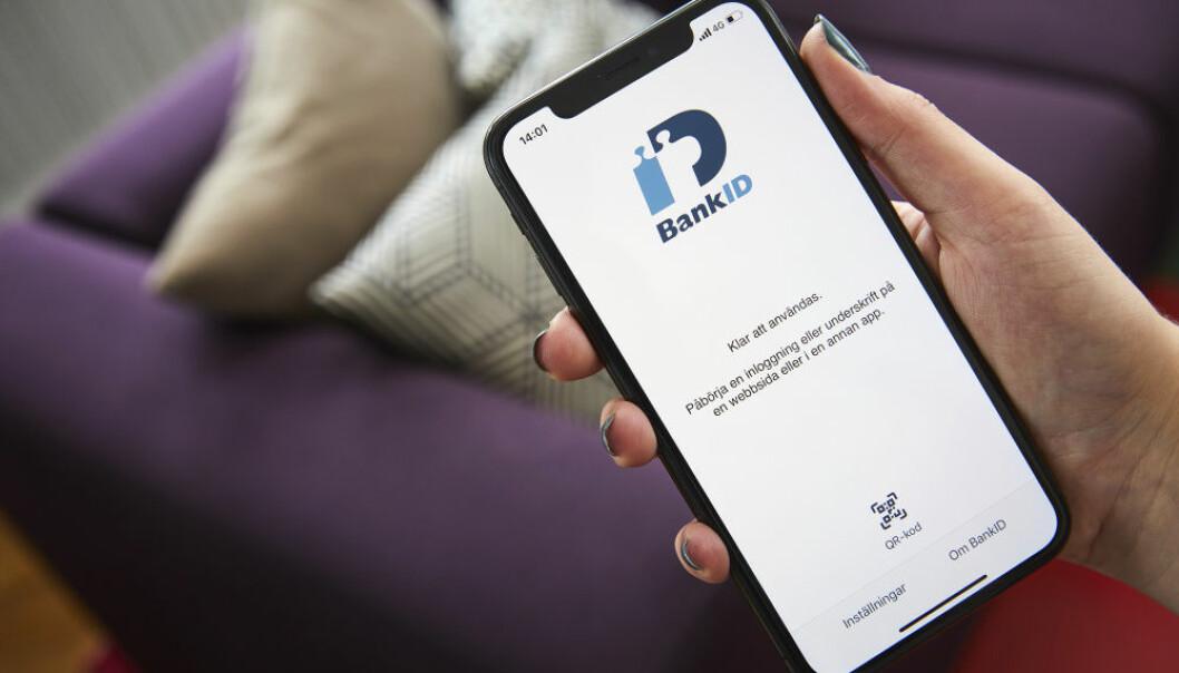 Kvinna som har mobilt BankID uppe på sin telefon.
