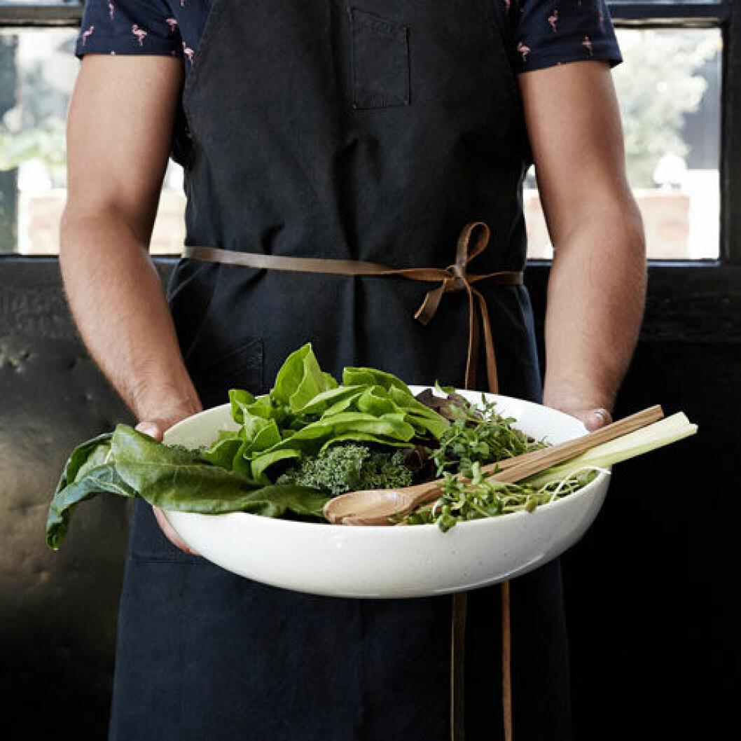 Vacker skål, perfekt för stora sallader eller pastarätter. Skålen är gjord i naturvit keramik.