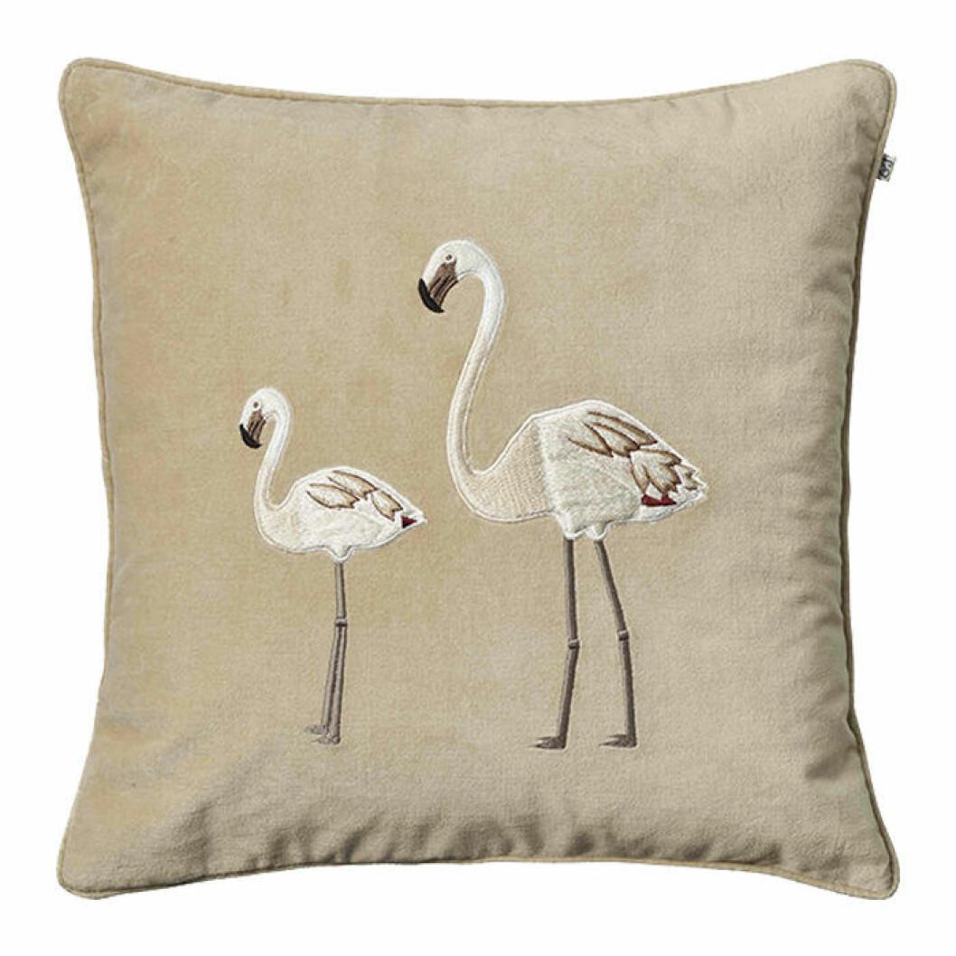 sammetskudde med flamingo från chhatwal & jonsson