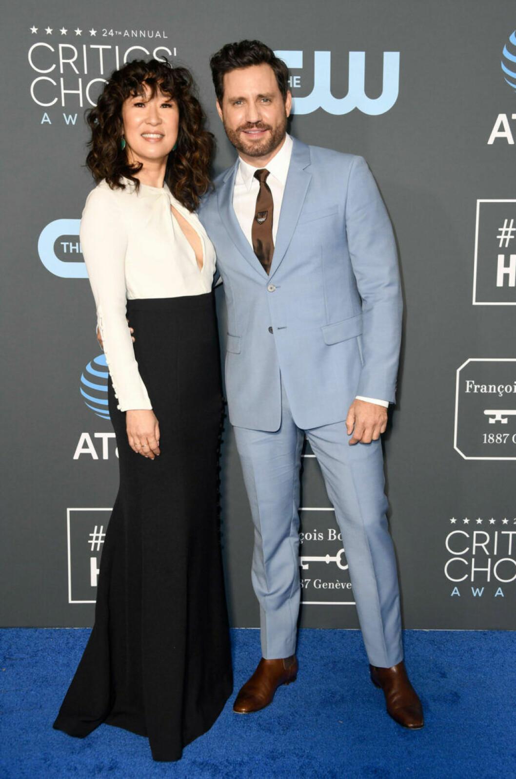 Sandra Oh och Edgar Ramirez på röda mattan på Critics Choice Awards 2019