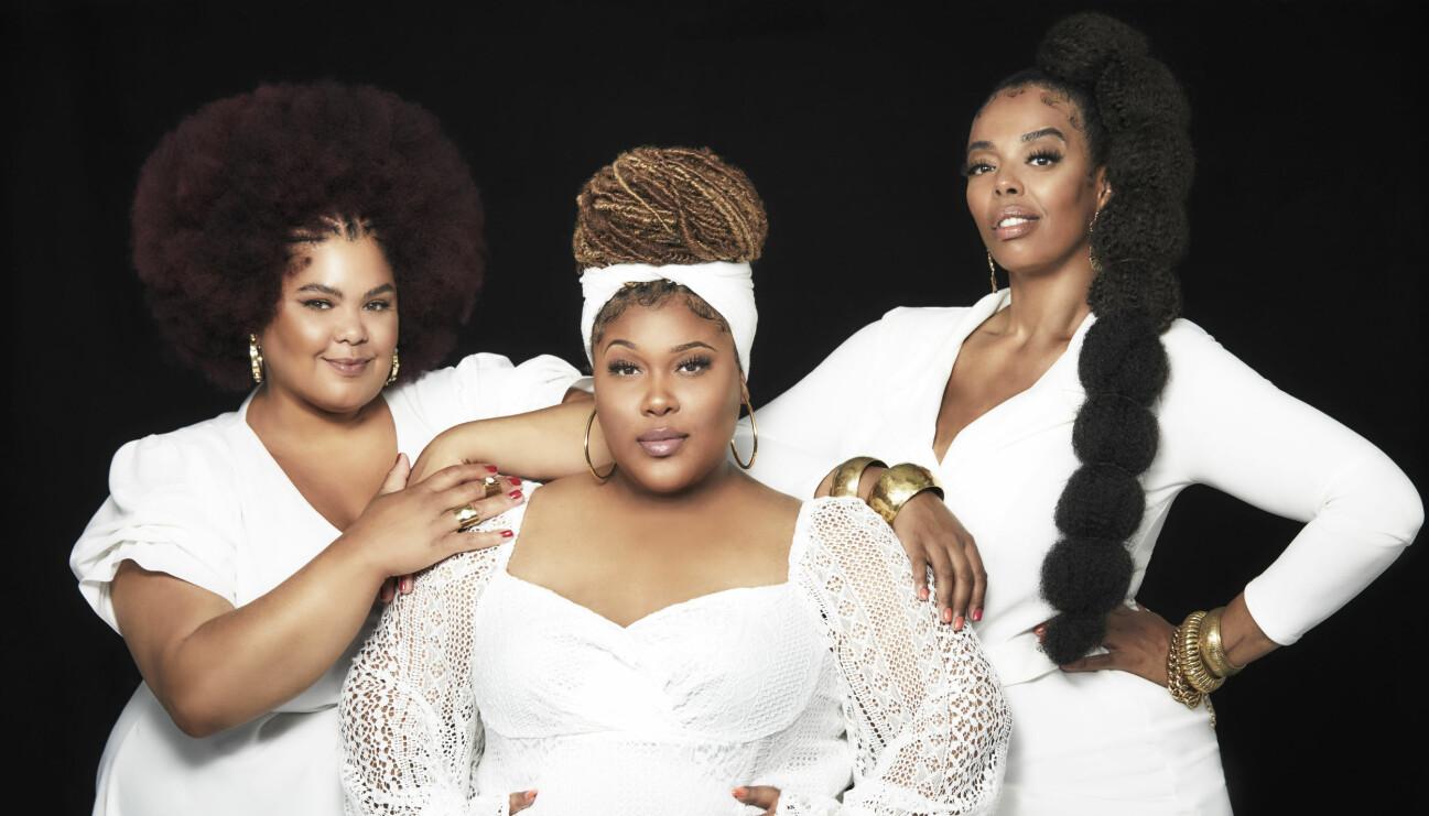 Sånggruppen The Mamas i vita kläder.