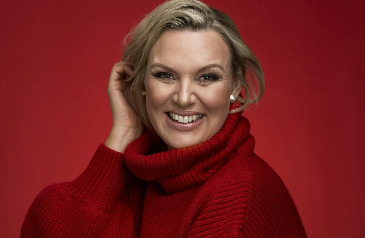 Sanna Nielsen, klädd i juligt röd stickad tröja, blickar framåt mot julturnén och livet som mamma.