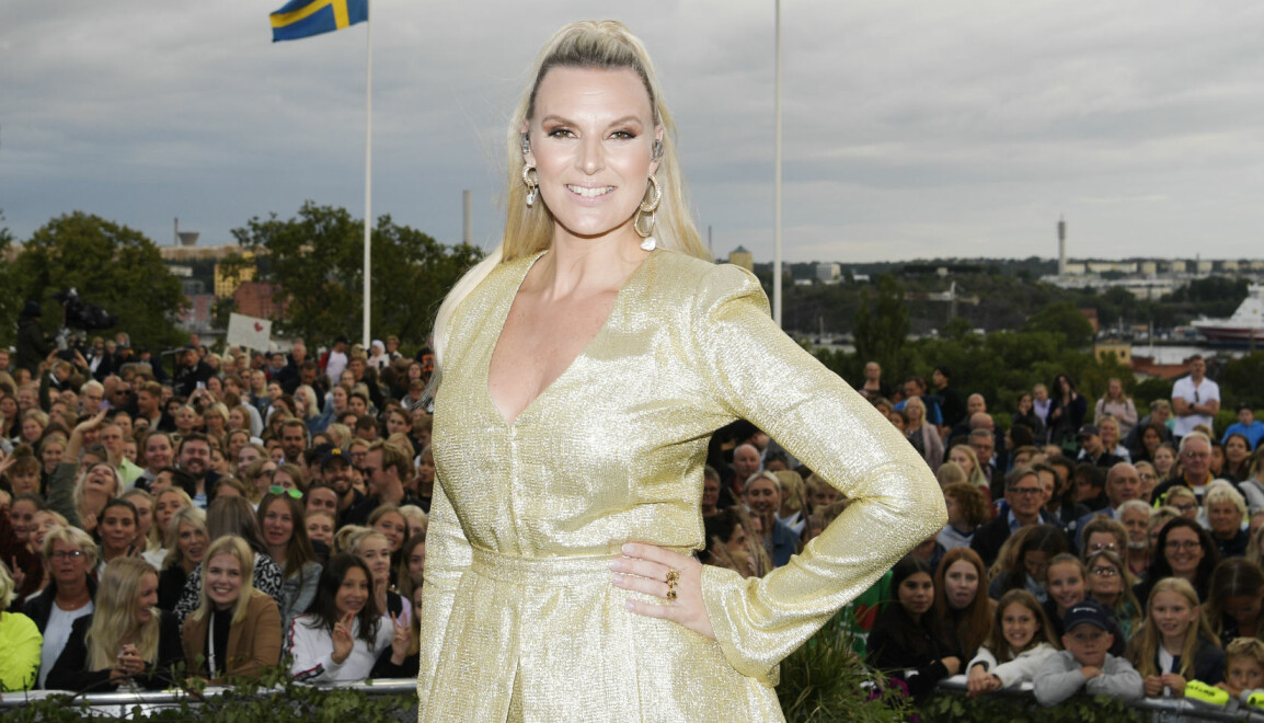 Sanna Nielsen framför publiken på Allsång på Skansen