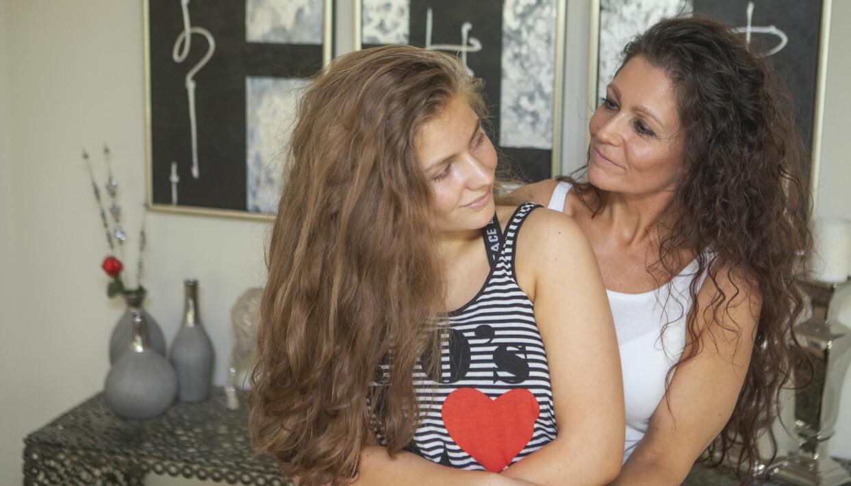 Sascha och mamma Susan tittar varmt på varandra.