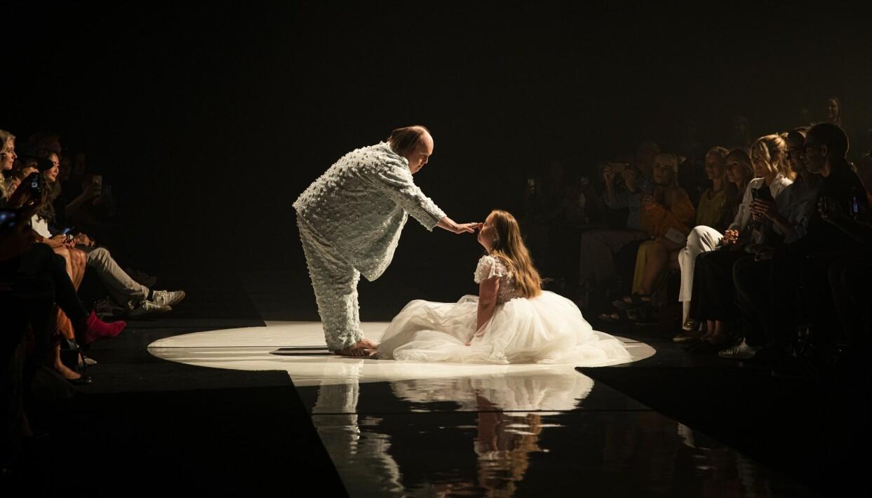 Scen från Glada Hudik-teaterns modevisning i NY.