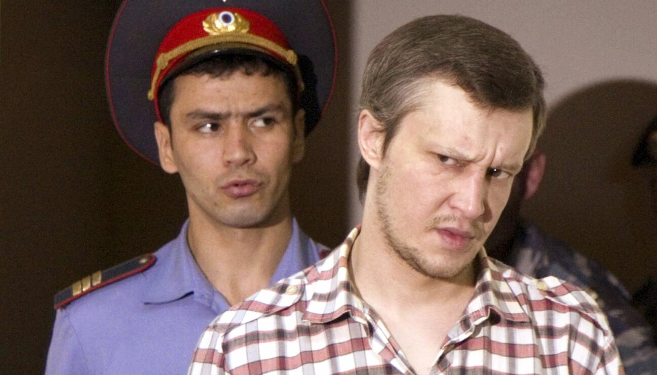 Schackmördaren Alexander Pitjusjkin i förgrunden med en vakt i bakgrunden.