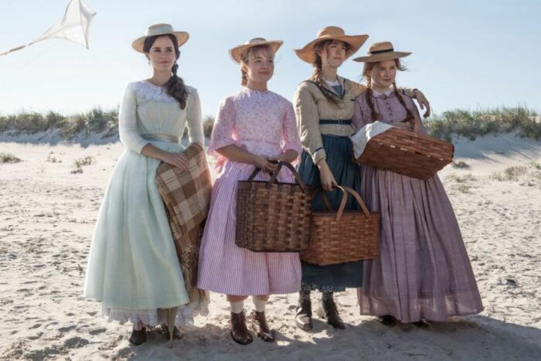 Emma Watson som Meg March, Florence Pugh som Amy March, Saoirse Ronan som Jo March och Eliza Scanlen som Beth March i filmen 'Little Women' från 2019 av Greta Gerwig.