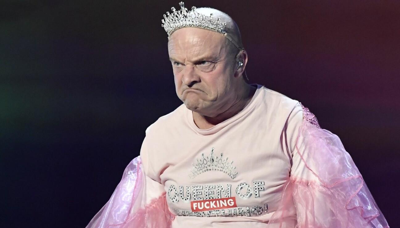 Komikern Jonas Gardell i tiara och rosa tyll på QX-galan.