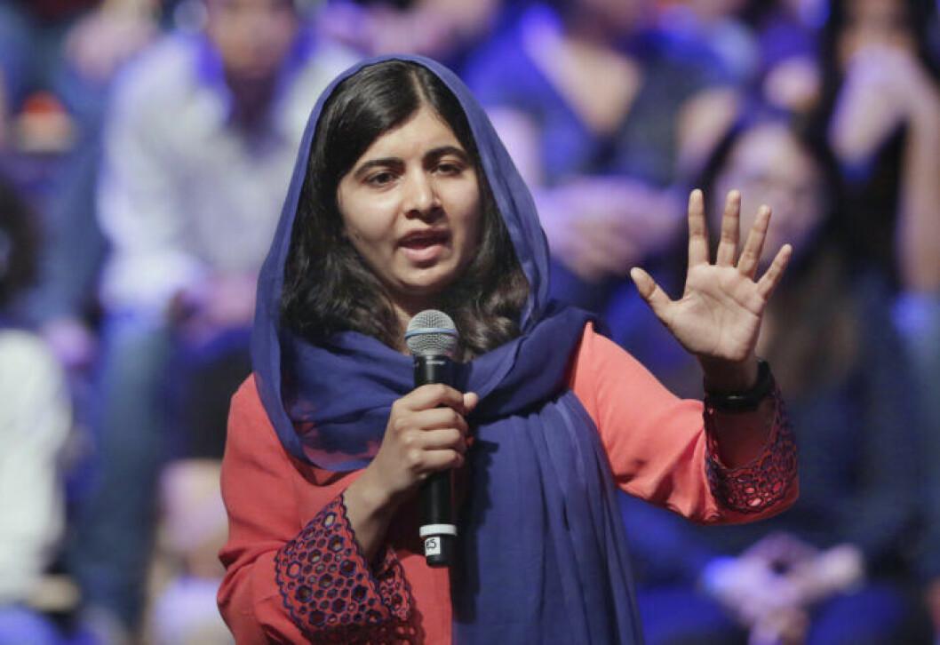 Malala Yousafzai står framfor en folkmassa i Sao Paulo, Brasilien, och håller tal.