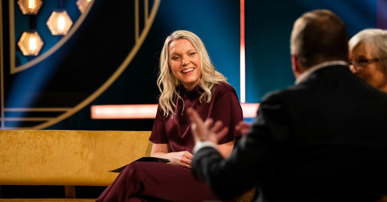 Carina Bergfeldt sitter i tv-soffan på sin egen show Carina Bergfeldt som hon tog över under Fredrik Skavlans ledighet.