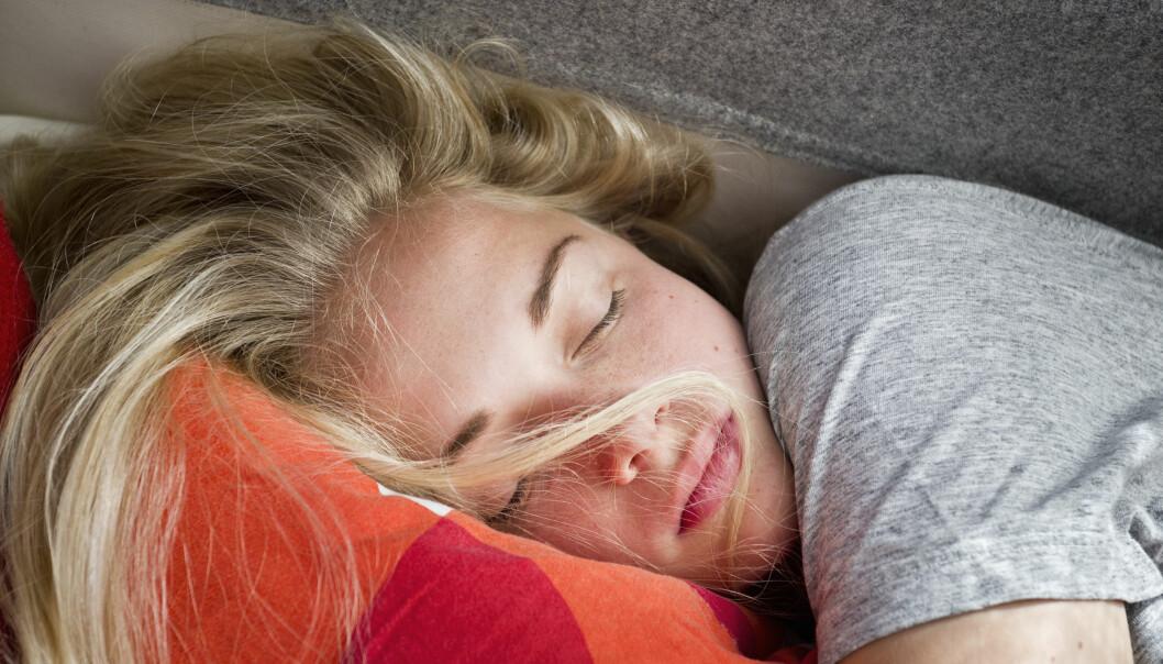 Sovande ung, blond kvinna