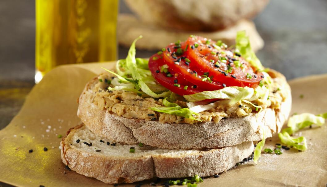 Bröd med hummus och grönsaker.