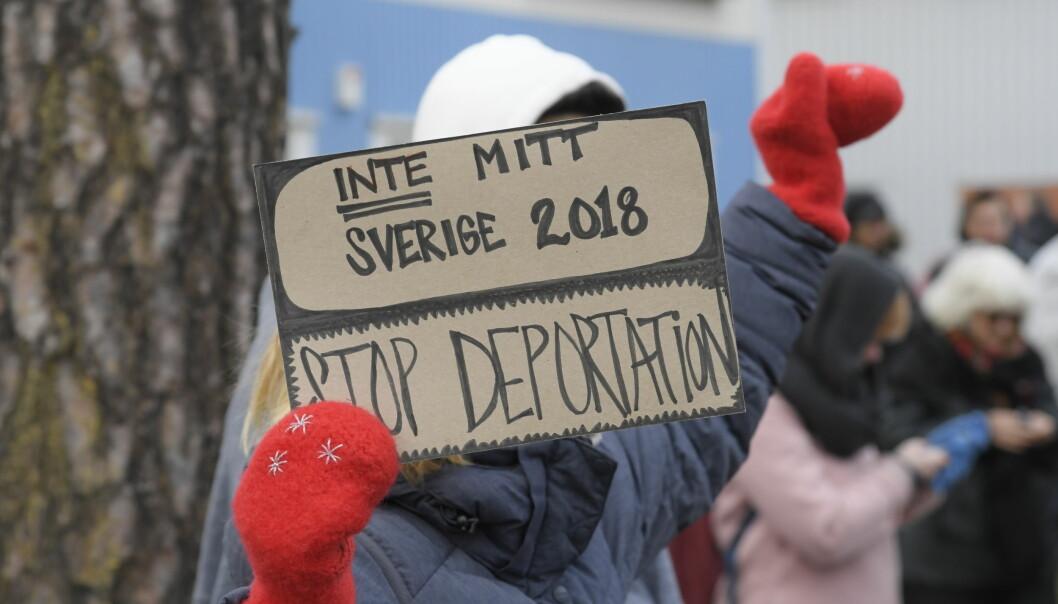 Demonstranter protesterar mot utvisningarna till Afghanistan utanför Migrationsverkets lokaler i Märsta, november 2018.