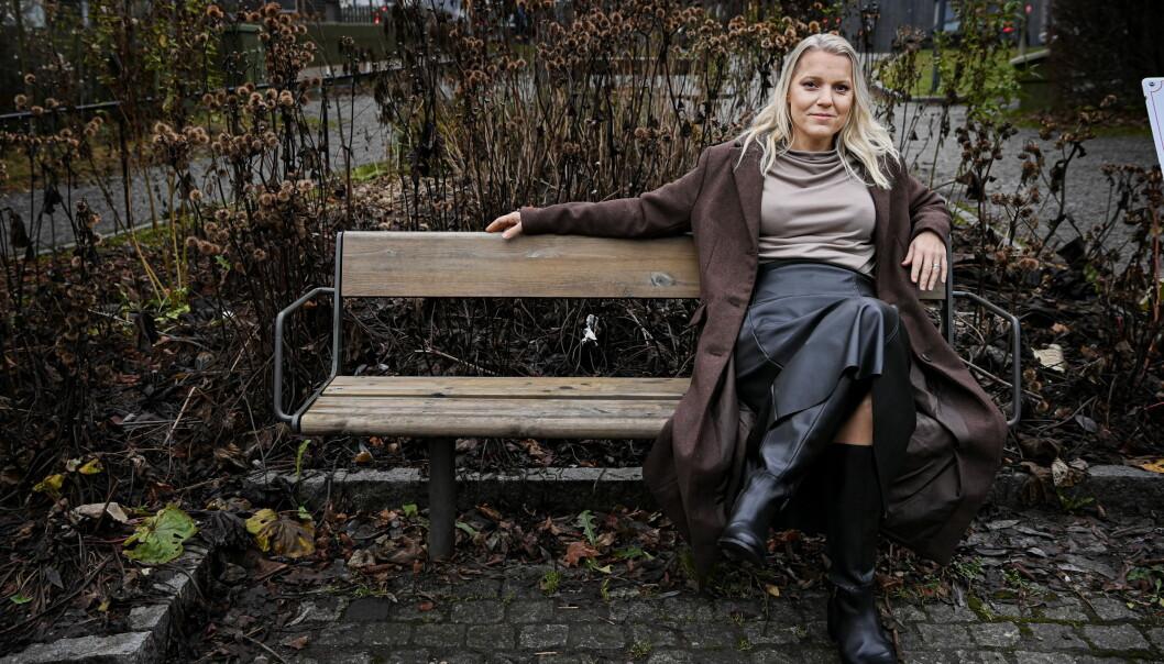 Carina Bergfelt sitter på en bänk.