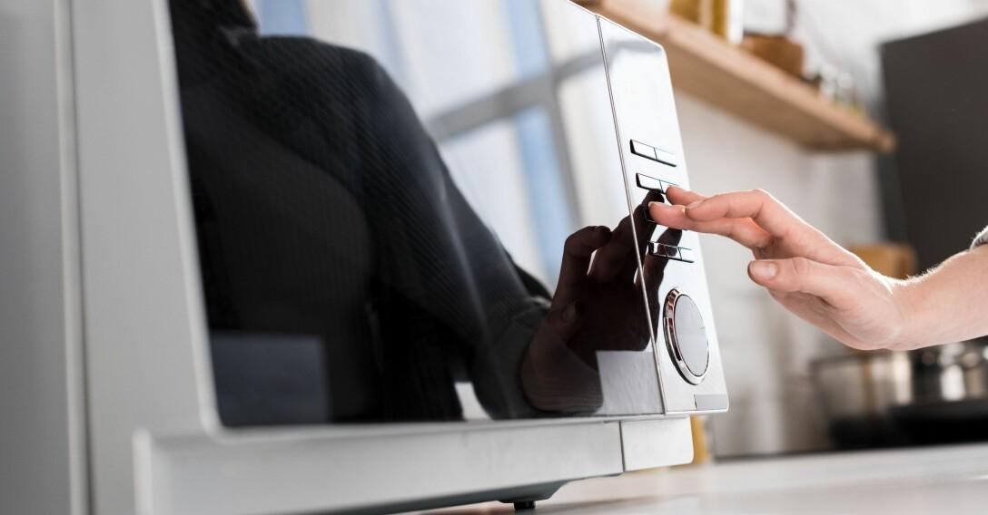 En kvinna har precis rengjort sin mikrovågsugn med strålande resultat.