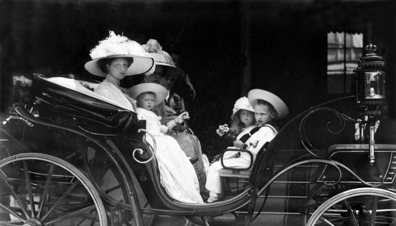 Kungens mormor Victoria med barnen.