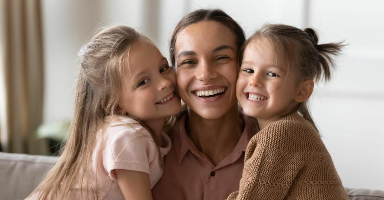 Mamma med glada barn.