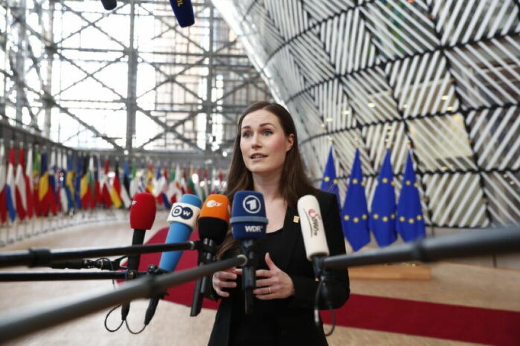 Finlands statsminister Sanna Marin anländer till en EU-konferens i Bryssel, Belgien, 2020.
