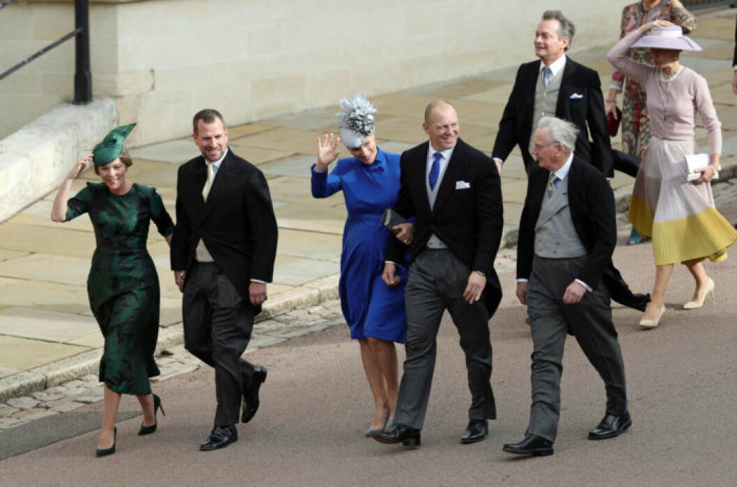 Fältryttarinnan Zara Tindall (mitten) kom till bröllopet med maken Mike
