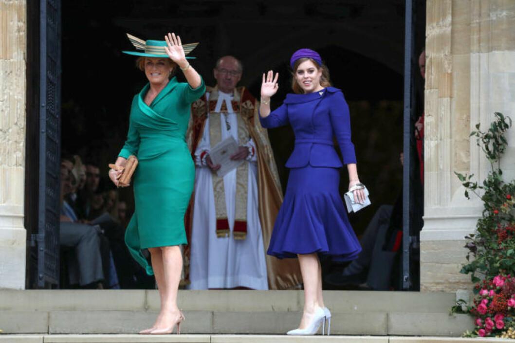"""Sarah """"Fergie"""" Fergusson bar en grön dräkt från Emma Louise Design och prinsessan Beatrice bar en blå dräkt från exklusiva Ralph & Russo."""