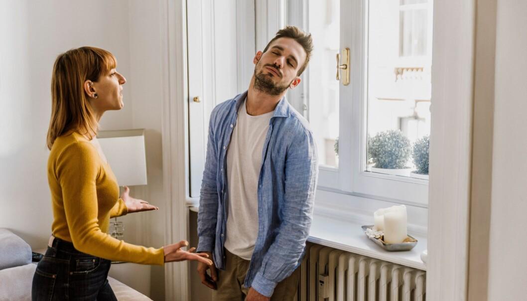 En man och en kvinna som argumenterar.