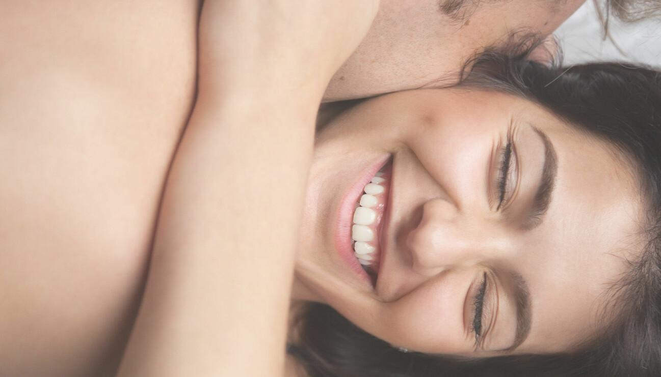 Ett par som en intima i sängen.