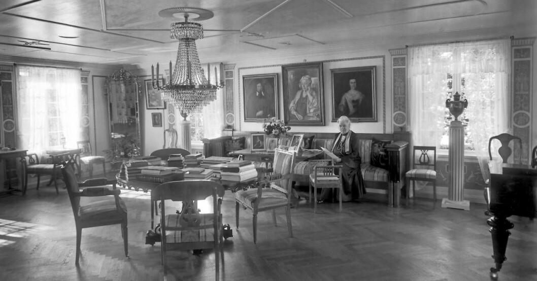 Selma Lagerlöfs sitter i en soffa hemma på Mårbacka