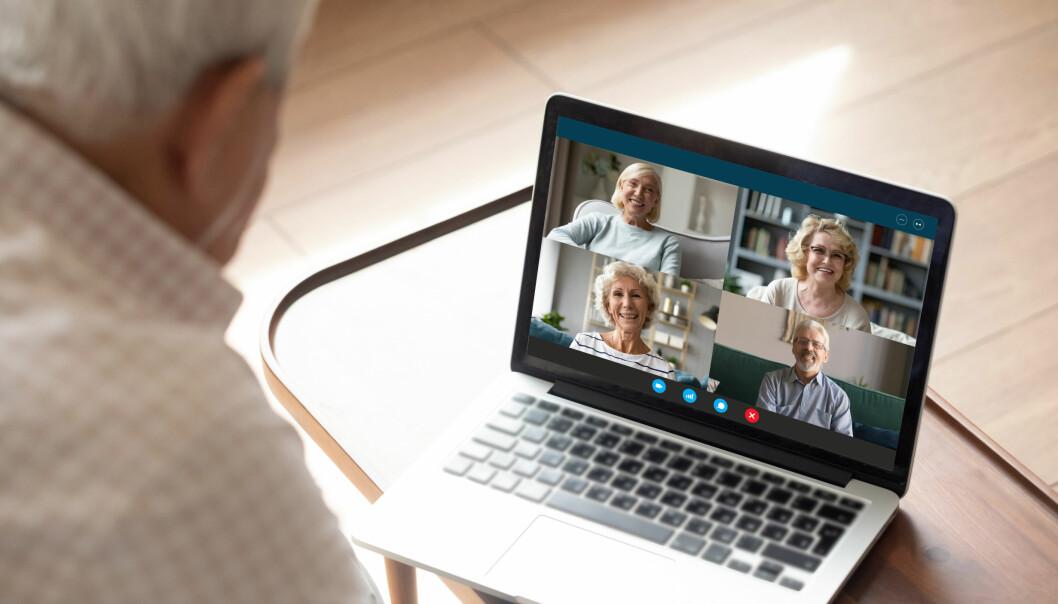 Seniorer pratar med varandra digitalt via datorn.