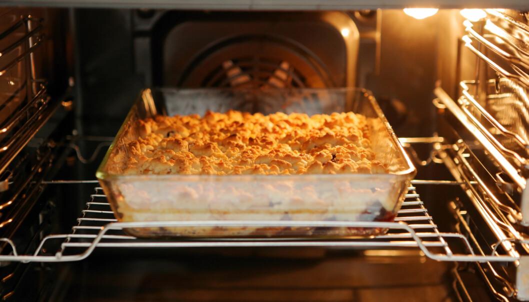 Äppelpaj i en varm ugn.