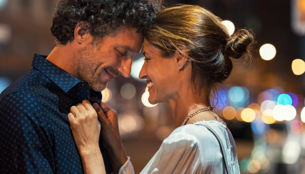 En man och en kvinna står nära varandra.