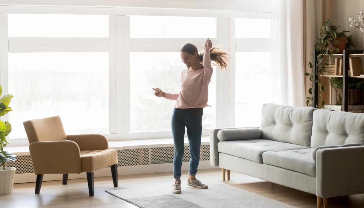 En kvinna dansar ensam i sitt hem