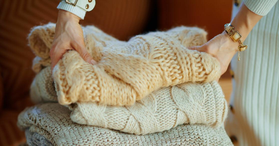 En hög med stickade tröjor som hade krympt i tvätten men som nu är tillbaka till tidigare storlek