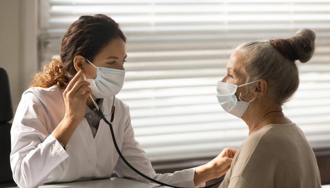 Allmänläkare lyssnar på hjärtljudet hos en patient.