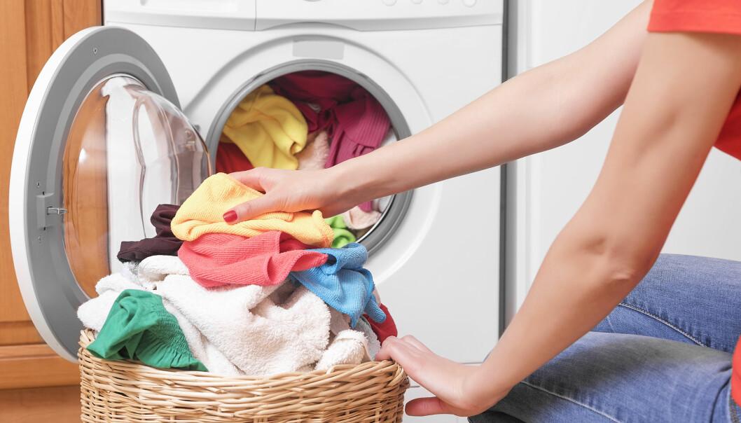 En kvinna som tvättar igen för att tvätten luktade illa.