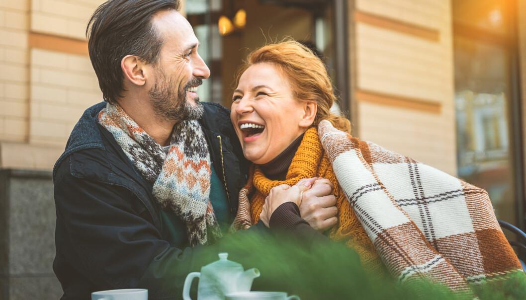 Par håller om varandra och skrattar.