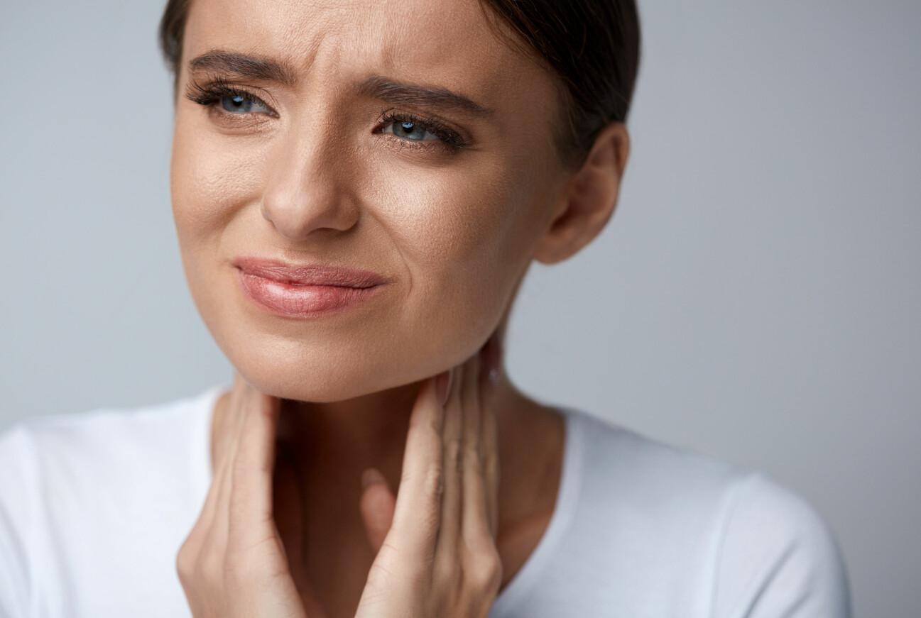 Kvinna lider av ont i halsen
