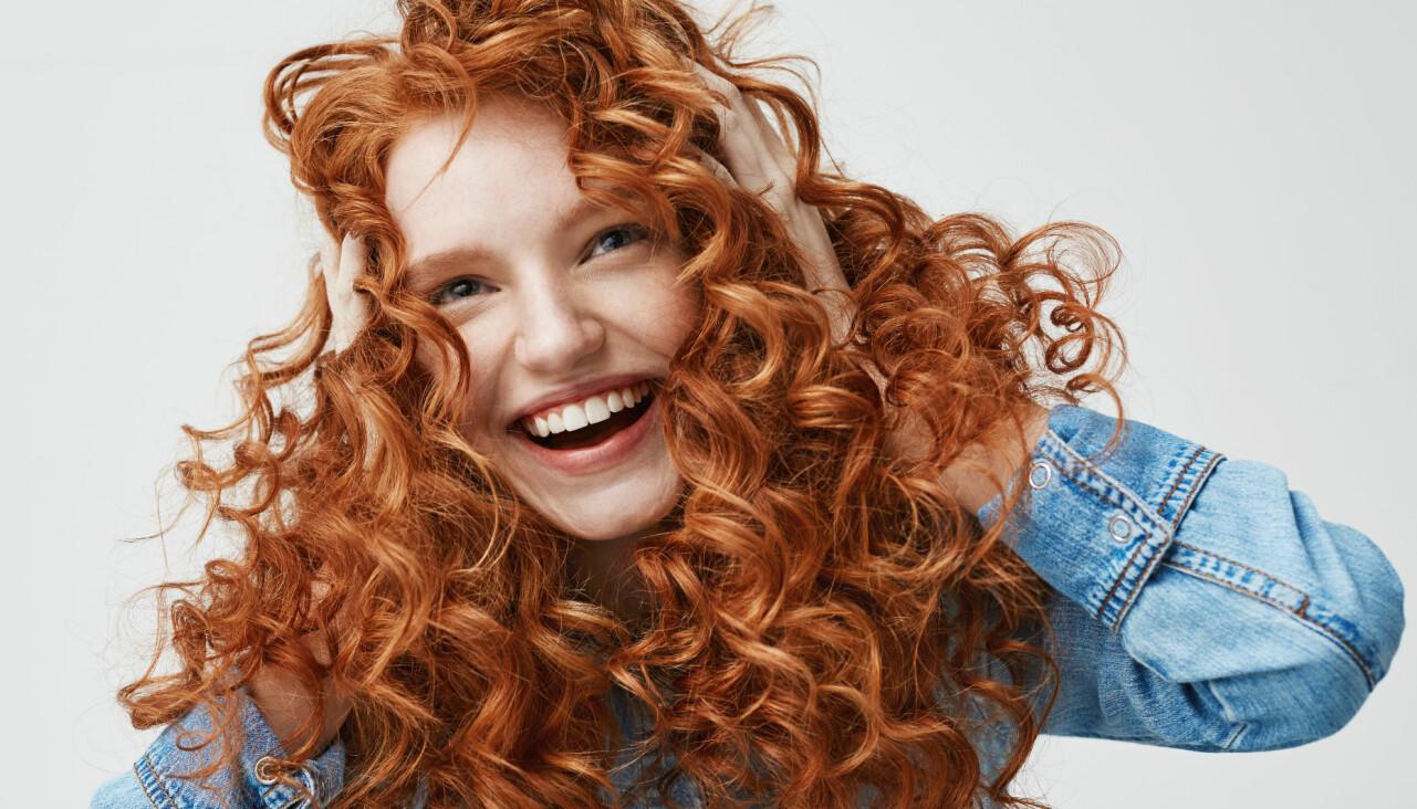 Tjej med rött lockigt hår.