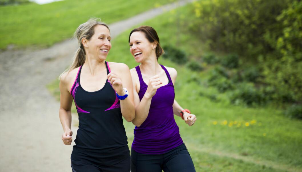 Två kvinnor springer och pratar