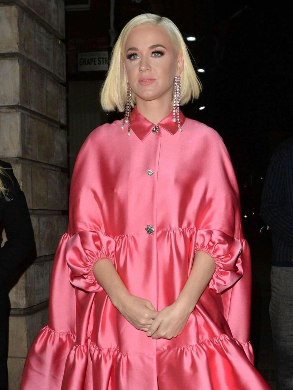 Katy Perry i rosa klänning