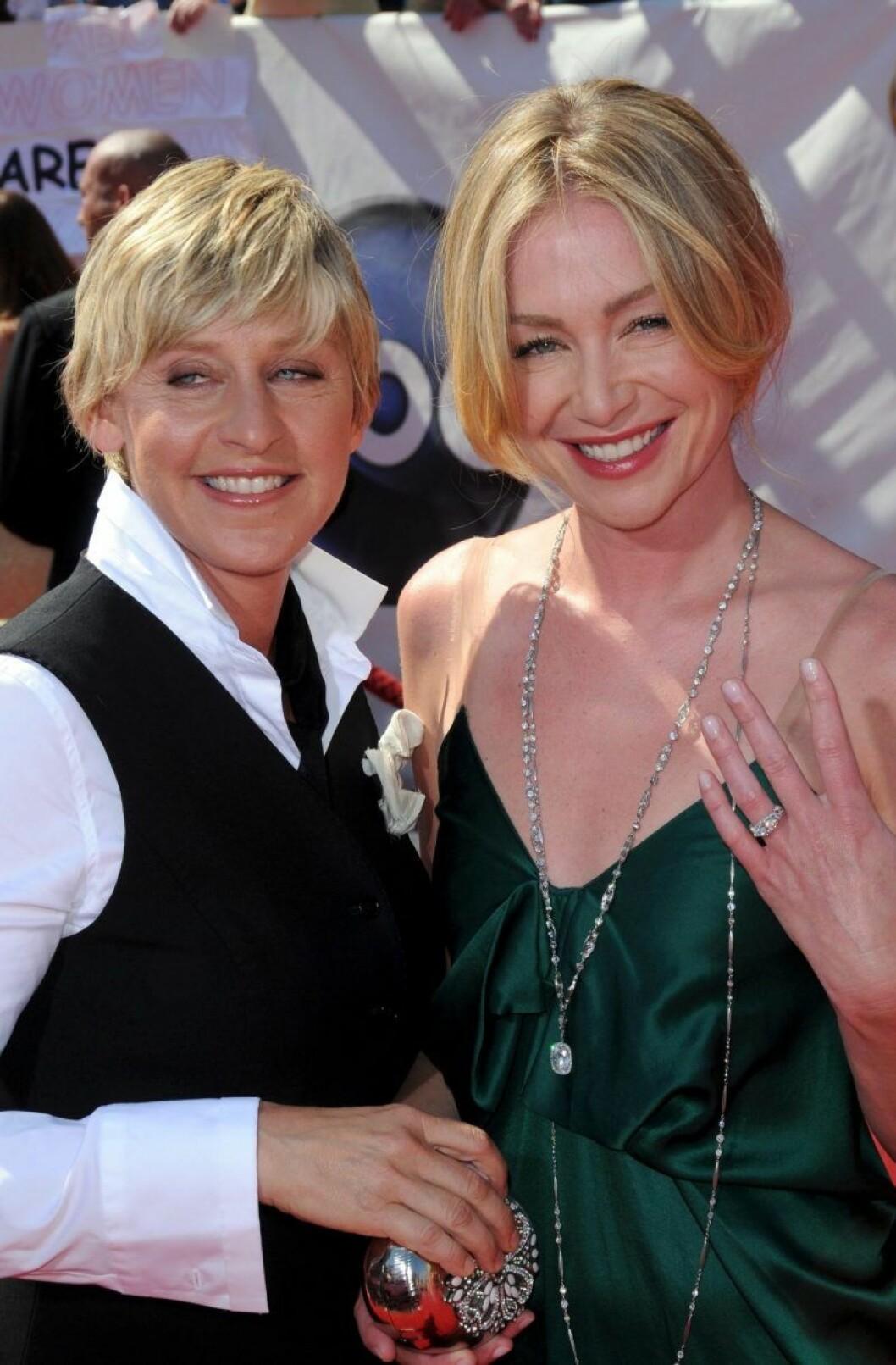 Ellen DeGeneres och Porta de Rossi visar upp förlovningsringen
