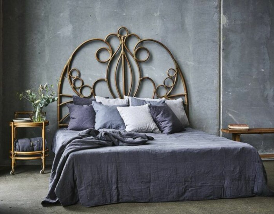 En tjusig sänggavel i rotting kan ge sovrummet en lyxig hotellkänsla