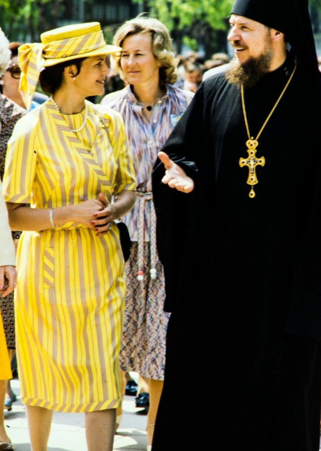 Drottning Silvia i gulrandig klänning i Moskva 1978.