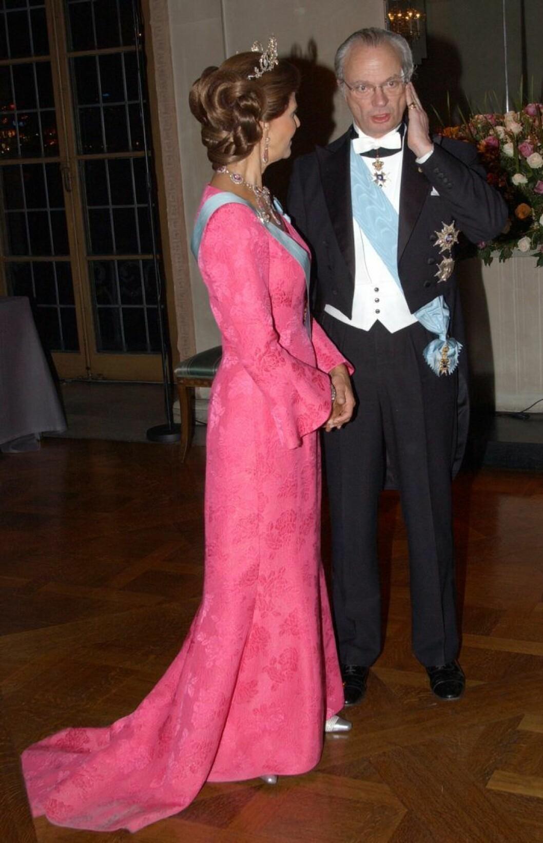 Drottning Silvia med långt släp på klänningen.