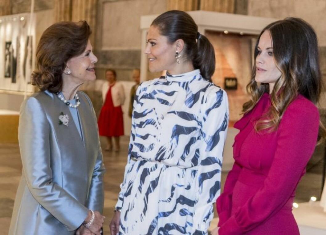 Drottning Silvia tillsammans med kronprinsessan Victoria och prinsessan Sofia.