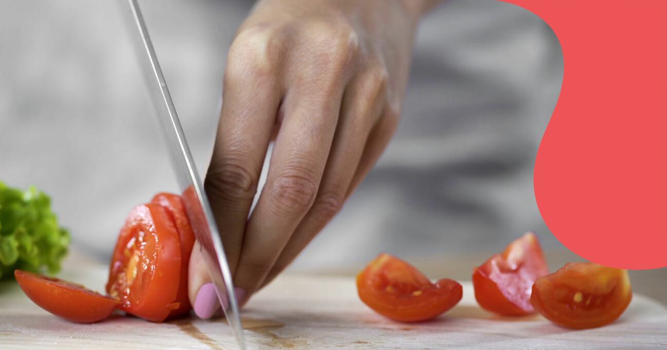 Kvinna skivar tomater