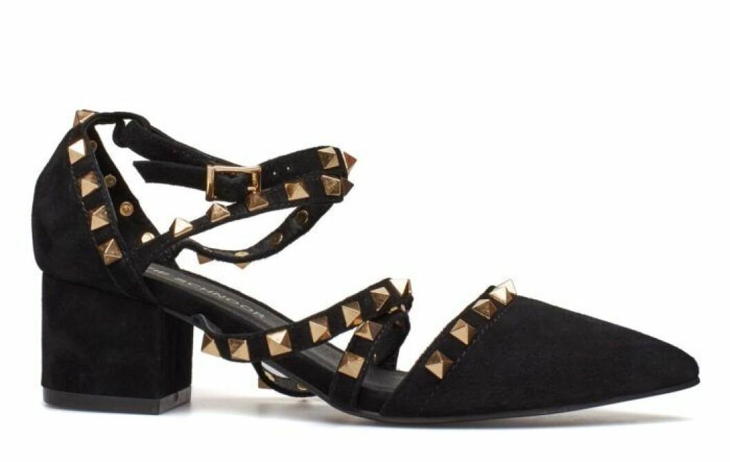 Svart sko med guldiga nitar