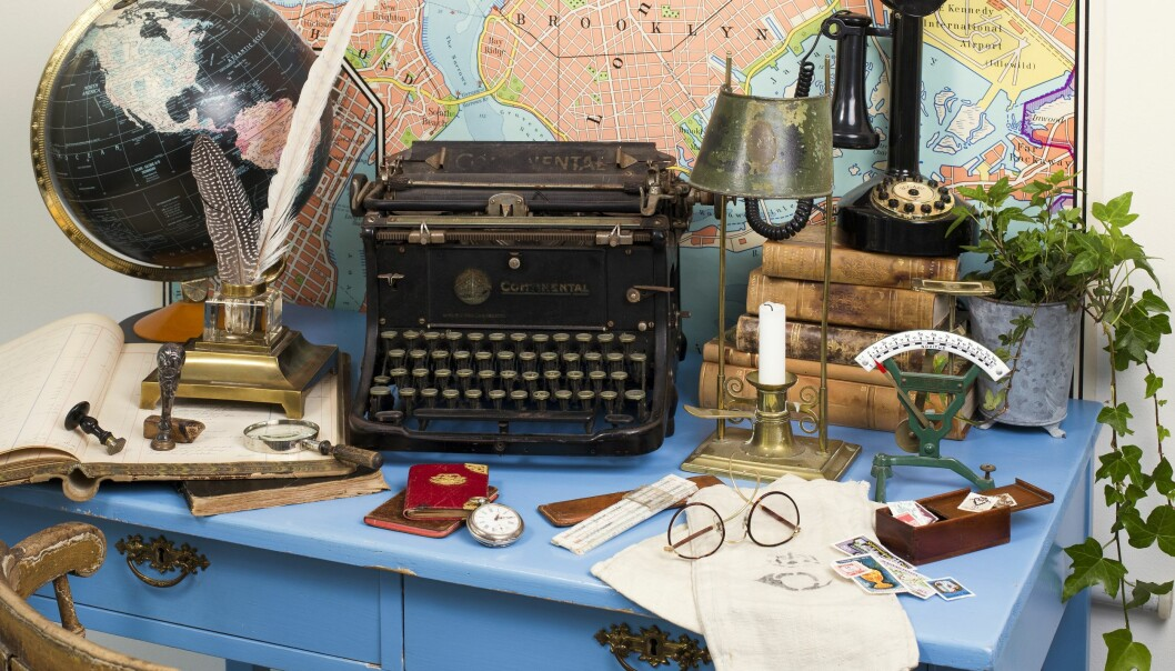 Skrivbord fullt med antika kontorssaker.