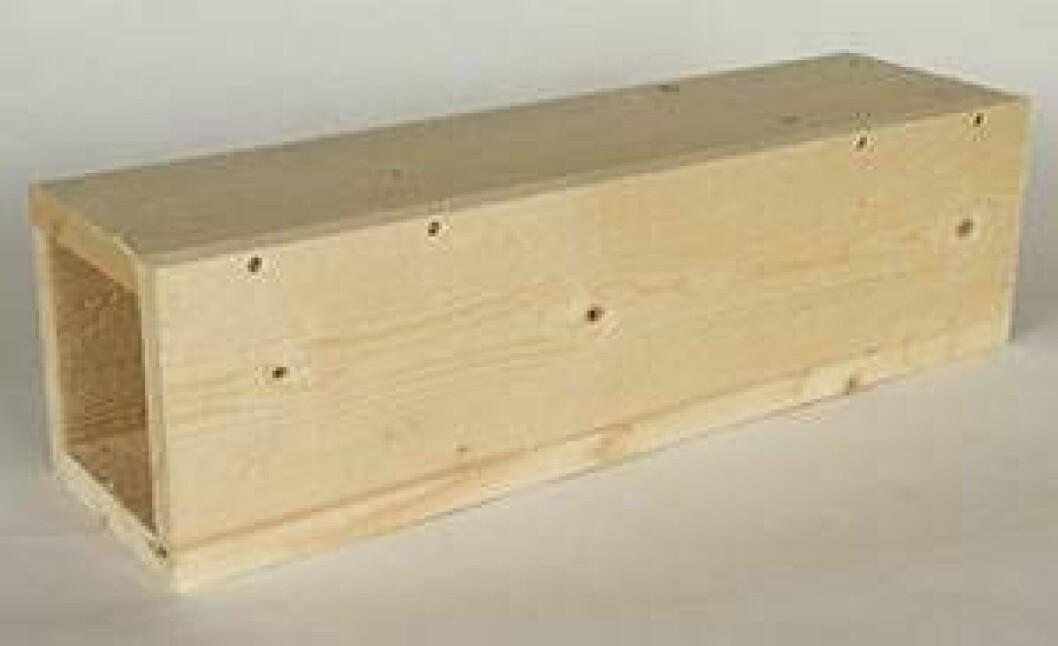 Skruva fast resterande sidor så att det bildas en rektangulär låda.